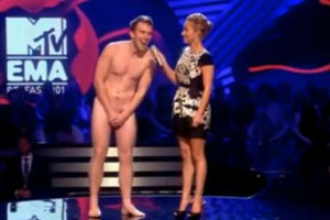 Streaker surprises Hayden Panettiere at MTV Music Awards