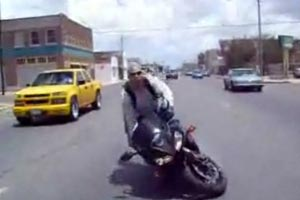 Douchebag biker fails at showing off