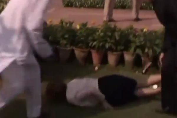 Australia PM Julia Gillard faceplants in India