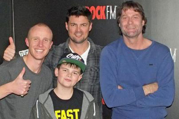Karl Urban hangs out with Robert and Jono