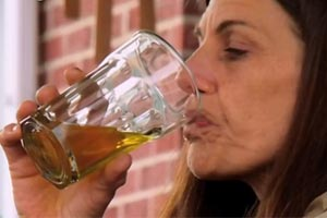 This woman is addicted to drinking her own pee