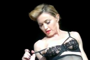 Madonna flashes nipple at concert