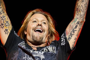 Vince Neil injures foot at Ohio show