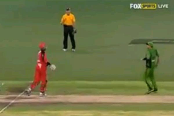 Samuels throws cricket bat at Warne