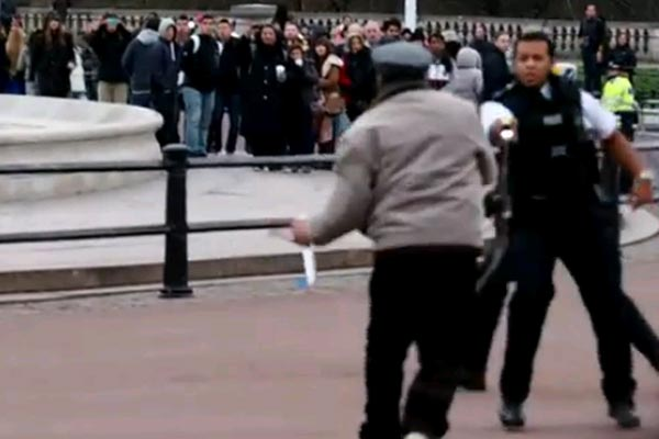 Guy with a knife tasered at Buckingham Palace