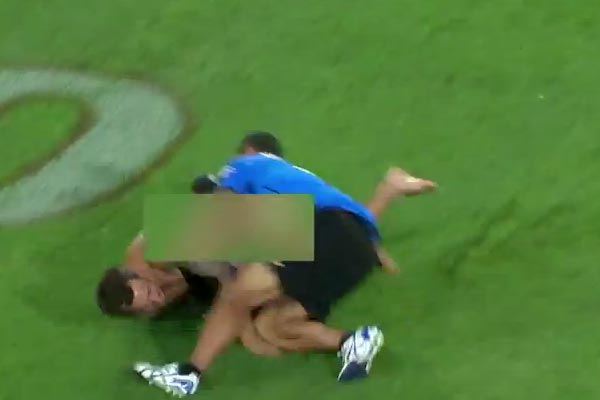 Ruben Wiki tackles streaker at Warriors game