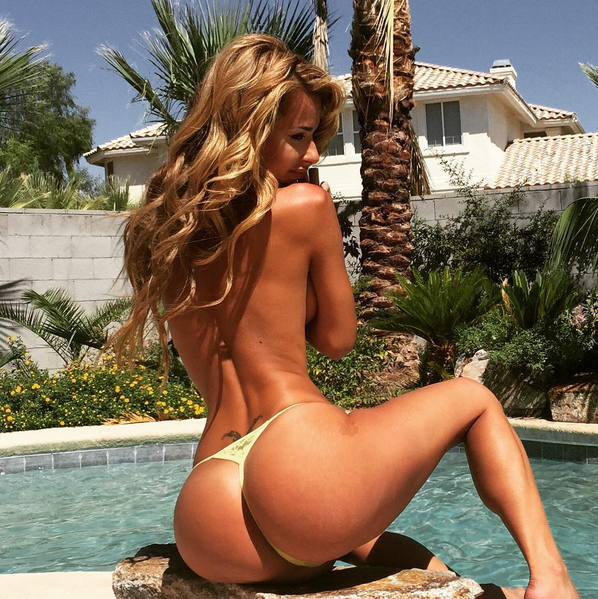 Rog's Babe of the Day - 28 October 2015 - Is that house next door for sale? It's got a great view...